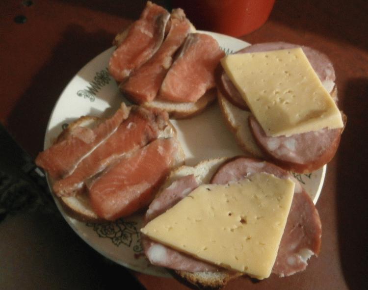 Отличный завтрак - бутерброды с соленой красной рыбой и колбасой