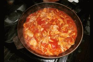 Тушу курицу Камаро в своей старой сковородке